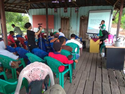 Peneliti BP2LHK Banjarbaru bersama tim WWF ajarkan petani teknik PLTB dan Pengolahan Bahan Organik.